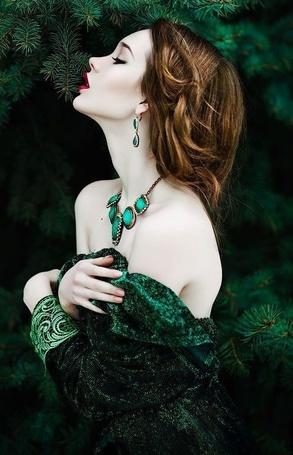 Фото Девушка стоит у елки, фотограф Светлана Беляева