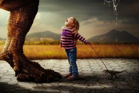 Фото Девочка кричит на большого динозавра и ведет на поводке маленького динозаврика, by Reto Imhof