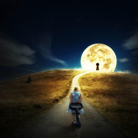 Фото Девочка тащит огромный ключ к Луне с большой замочной скважиной, by Reto Imhof