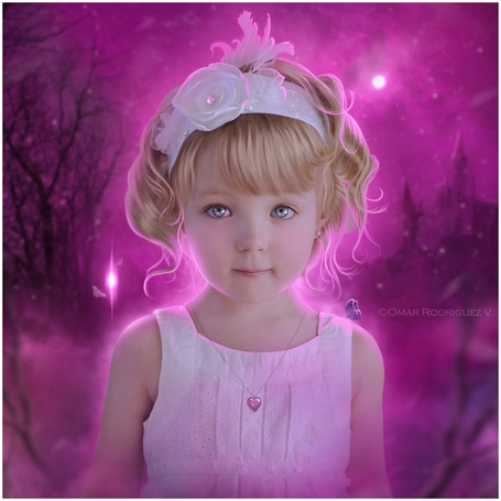 Фото Красивая белокурая девочка с бантиком в волосах на розовом фоне, by Omar Rodriguez V