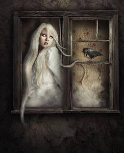 Фото Девушка с распущенными белыми волосами с испугом смотрит на черного ворона, сидящего на раме окна