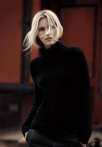 Фото Модель в черном свитере марким Filippa K, фотограф Alasdair McLellan
