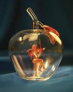 Фото В стеклянном яблоке сидит ангел со скрипкой