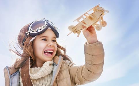 Фото Радостная девочка с самолетиком в руке, by Konstantin Yuganov-Choreograph