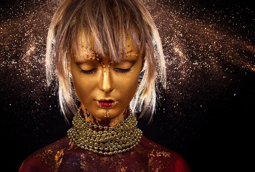 Фото Девушка с золотой кожей и в украшениях на фоне ...: http://photo.99px.ru/photos/230213/