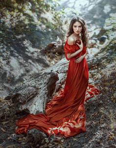 Фото Девушка в длинном красном платье с яблоком в руке, фотограф Ирина Джуль