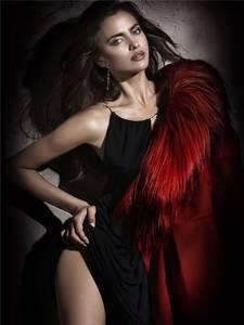 Фото Сексуальная девушка в черном платье / Ирина Шейк