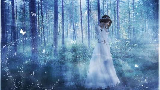 Фото Девушка в голубом сказочном лесу