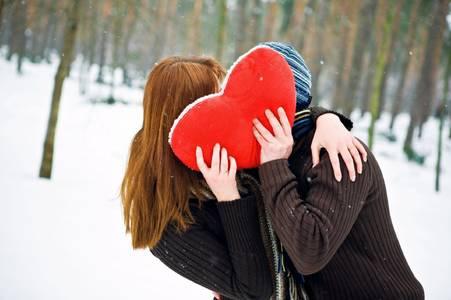 Фото Влюбленная парочка по падающим снегом