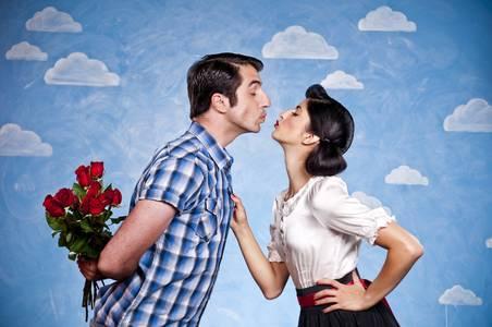 Фото Влюбленный парень дарит девушке розы