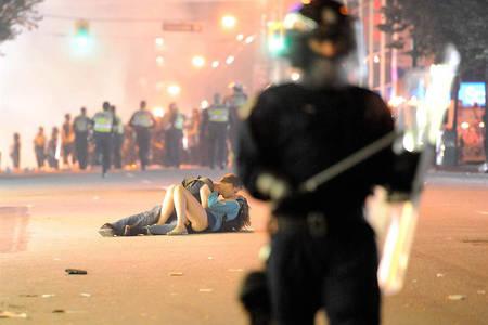 Фото Целующаяся влюбленная пара, во время хаоса на улицах Ванкувера, 15 июня 2011 года