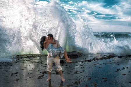 Фото Влюбленные возле большой волны