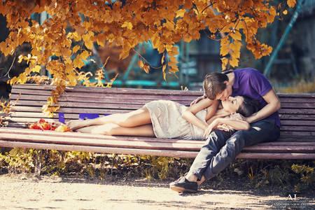 Фото Поцелуй пары на скамейке