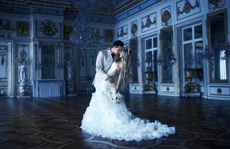 Фото Влюбленные в красивом дворце