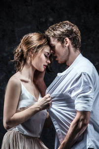 Фото Влюбленные Richard Madden and Lily в роли Romeo and Juliet / Ромео и Джульетты