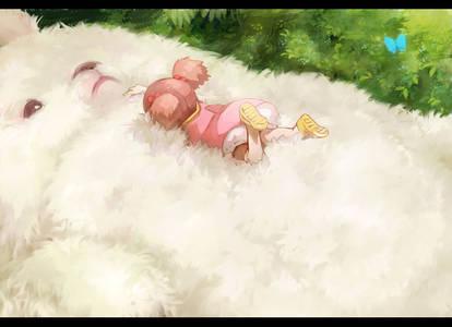 Фото Мэй Кусакабэ из аниме Мой сосед Тоторо / My Neighbor Totoro лежит на животе огромного белого кролика