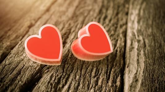 Фото Сердечки на деревянной поверхности