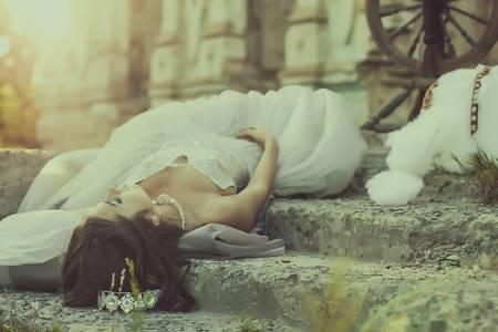 Фото Девушка в белом платье лежит на ступеньках лестницы, стилист Червона Ворона, модель Рина Каращенко
