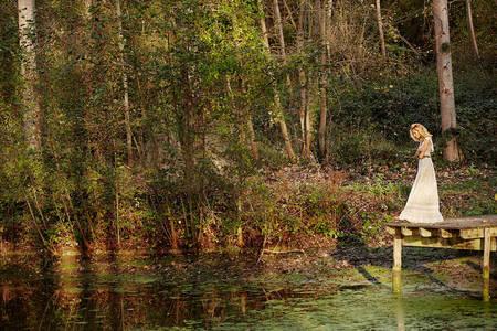 Фото Польская топ-модель Аня Рубик в длинном платье стоит на мостике