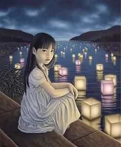 Фото Девочка сидит у реки, по которой плывут горящие фонарики, Shiori Matsumoto