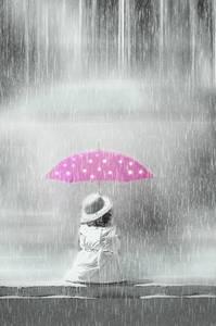 Фото Девочка сидит под розовым зонтиком