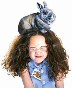Фото Девочка закрыла глаза, когда ей на голову взобрался кролик, итальянская художница Titti Garelli