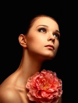 Фото Кареглазая девушка смотрит вверх, прижимая цветок к груди, модель Екатерина Исаева, фотограф Андрей Воронин