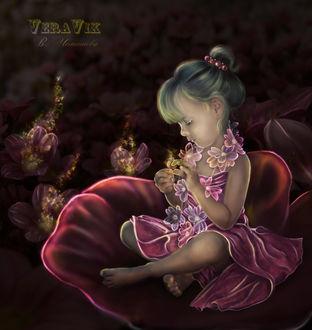 Фото Милая девочка сидит на цветке в окружении цветов / by veravik/