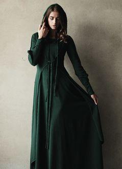 Фото Девушка в длинном зеленом одеянии опустилась голову прикрыв глаза