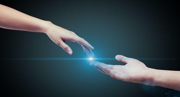 Фото Две руки тянущиеся друг к другу сквозь пространство