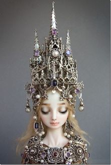 Фото Фарфоровая кукла, девушка с высокой короной на голове, опустившая глаза вниз