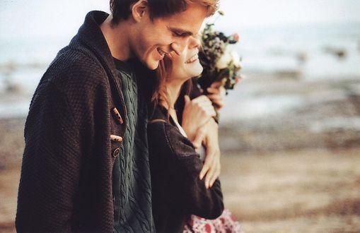 Фото Мужчина и женщина идут в обнимку вдоль пляжа