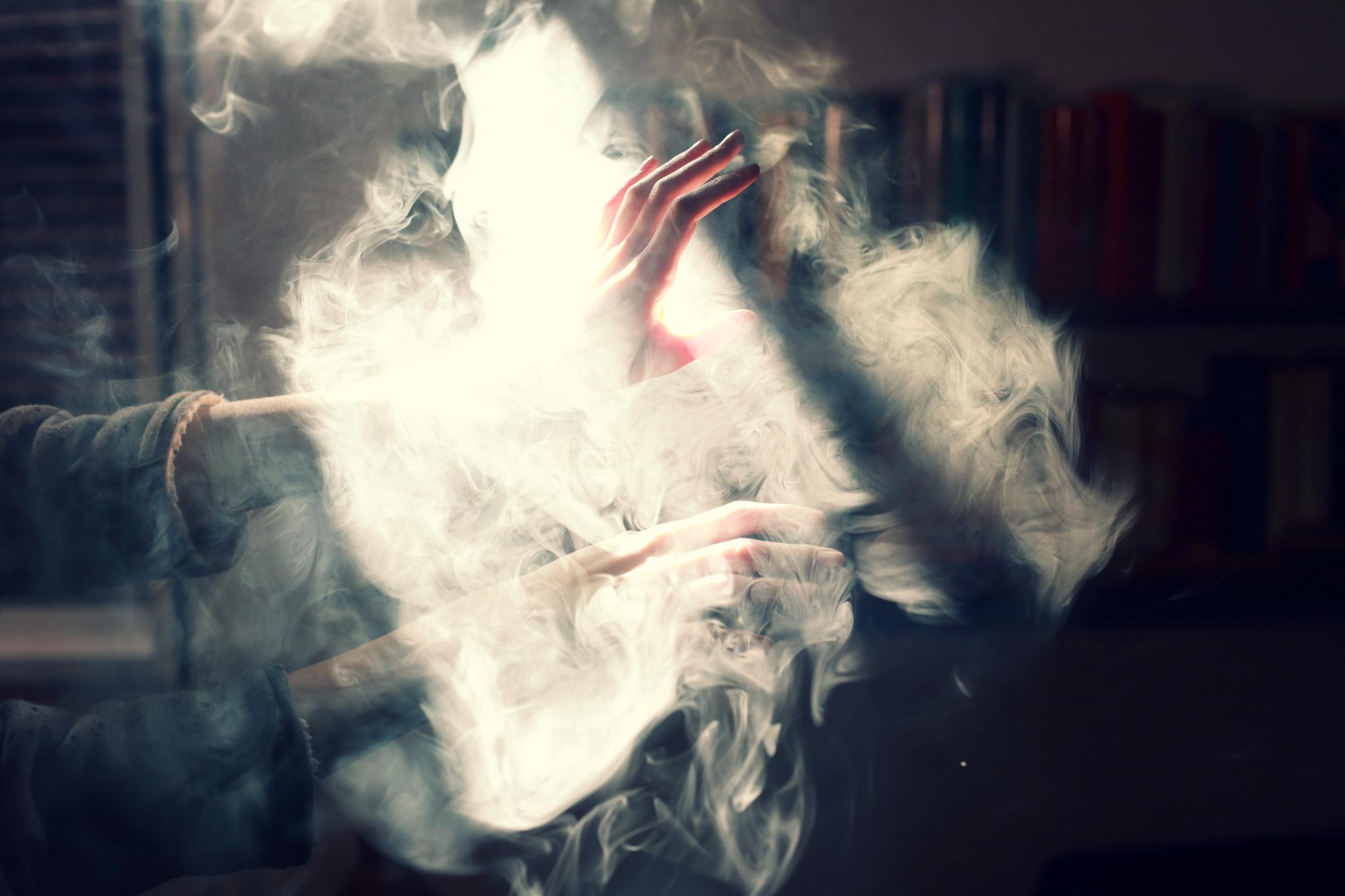 Девушка в дыму картинка
