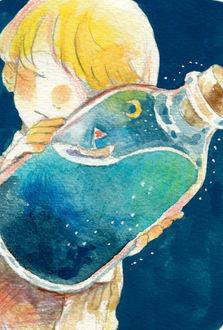 Фото Мальчик держит в руках стекляную бутылку, внутри которой кораблик плывет по волнам, а в ночном небе светит полумесяц