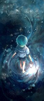 Фото Мальчик с фонарем в руке стоит на поверхности воды, в которой отражается звездное небо