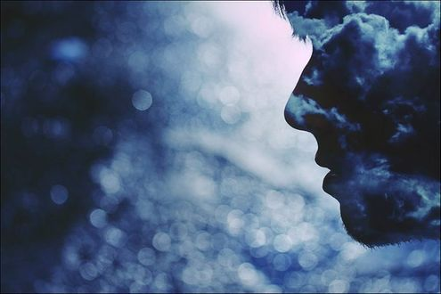 Фото Чье-то лицо в профиль, в ночи, заволокло облаками