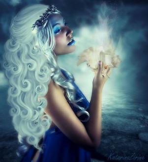 Фото Белокурая девушка с голубыми губами, держит в руке раковину с исходящим сиянием, by MoonZaphire