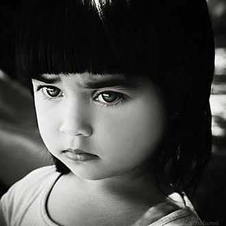 Фото Грустная девочка с зелеными глазами