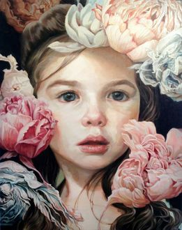 Фото Темноволосая девочка окруженная цветами