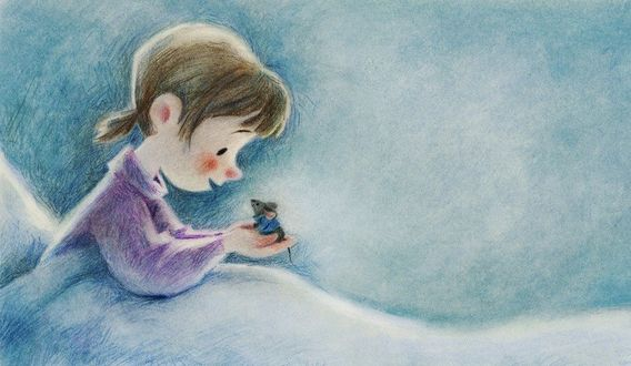 Фото У девочки на ладонях сидит мышка