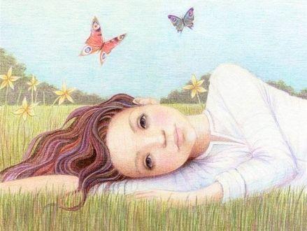 Фото Девочка лежит в траве
