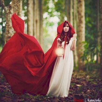Фото Девушка в красном плаще, в лесу, с фонарем в руках