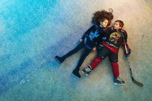 Фото Мальчик с девочкой лежат на льду, фотограф Кеззин Ждет объяснений