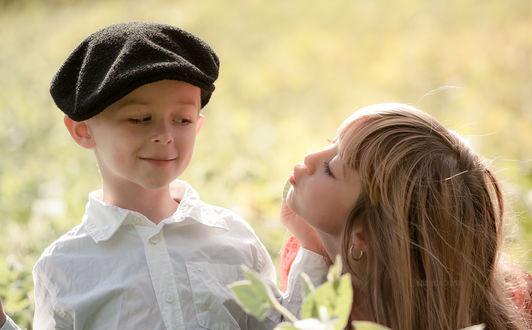 Фото Мальчик с нежностью и интересом смотрит на девочку, ву B Ela