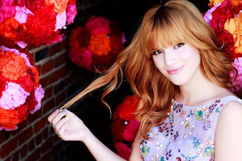 Фото Красивая милая девушка, с длинными рыжими волосами