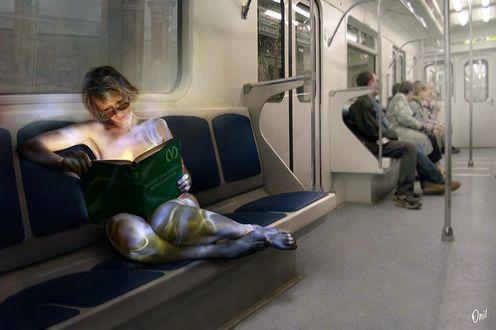 Фото Обнаженная девушка в цветных разводах читает книгу в вагоне метро, by Onil