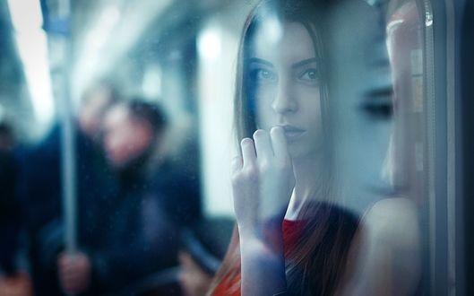 Фото Девушка за стеклом в поезде, в метро, ву Elena Estetika