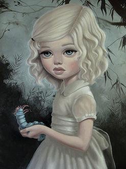 Фото Грустная белокурая девочка с большими голубыми глазами с гусеницей в руке на фоне неба и деревьев / by anabagayan/