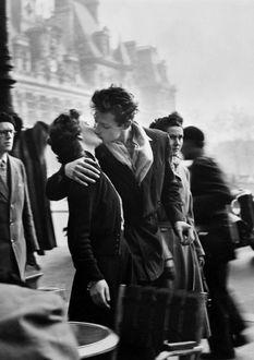 Фото Парень и девушка целуются