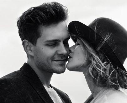 Фото Российская топ-модель Саша Лусс в шляпе целует сербского актера Милоша Биковича
